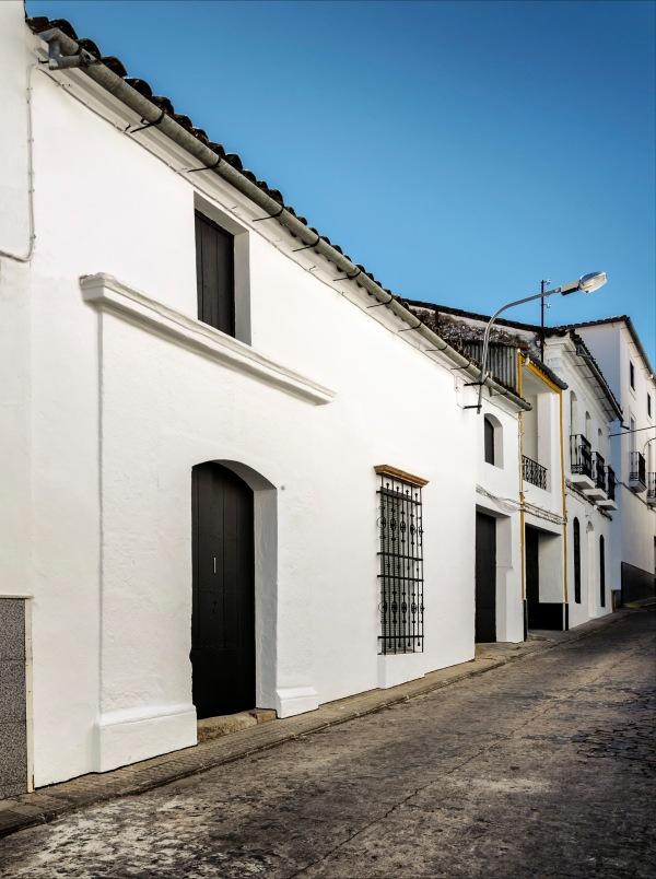 La façade côté rue, où se détache l'entrée en pierre de taille, n'a pas été touchée par l'architecte. Les lignes traditionnelles de la façade contrastent avec la modernité de l'intervention à l'intérieur.